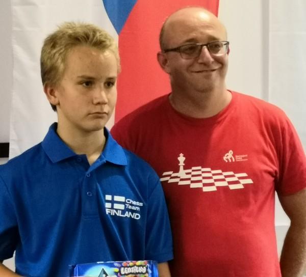 Toni Vainikka voitti kuvan IM Petr Piskin shakkisimulttaanissa Tsekissä
