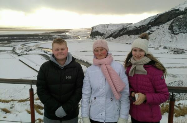 Suomen joukkueen Toivo Keinänen, Anastasia Nazarova ja Sarabella Norlamo kävivät vesiputouksen huipulla
